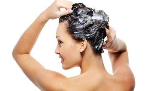 noia rentant-se el cabell