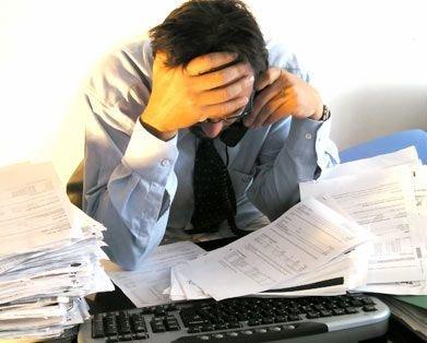 treballador estressat a l'oficina