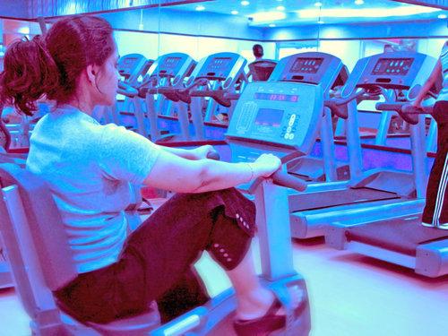 noia practicant esport al gimnàs