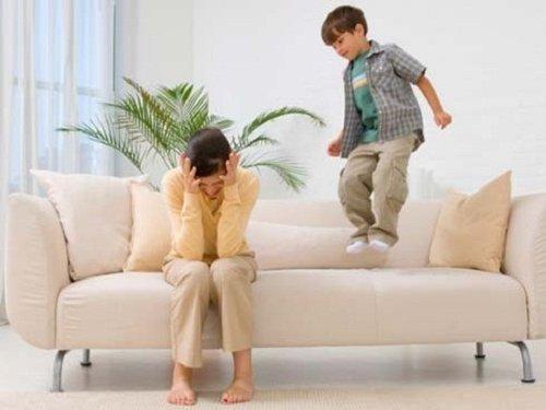 mare i fill rebel saltant al sofà