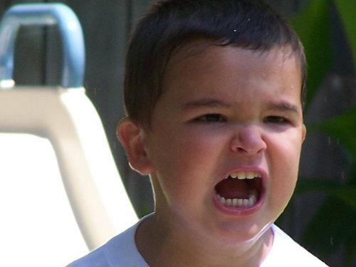 nena enfadada plorant
