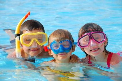 nens a la piscina