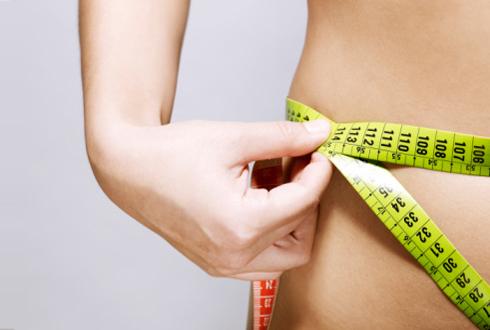 noia mesurant-se la cintura