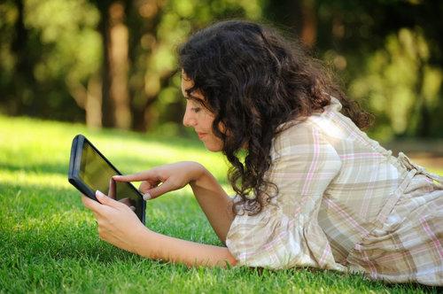 dona llegint la pantalla d'una tablet