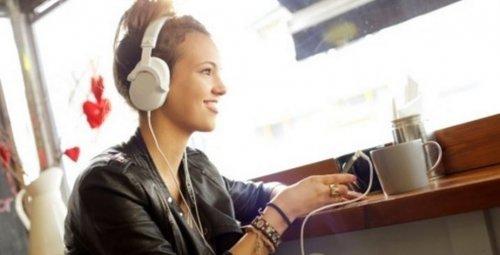 noia escoltant música amb auriculars